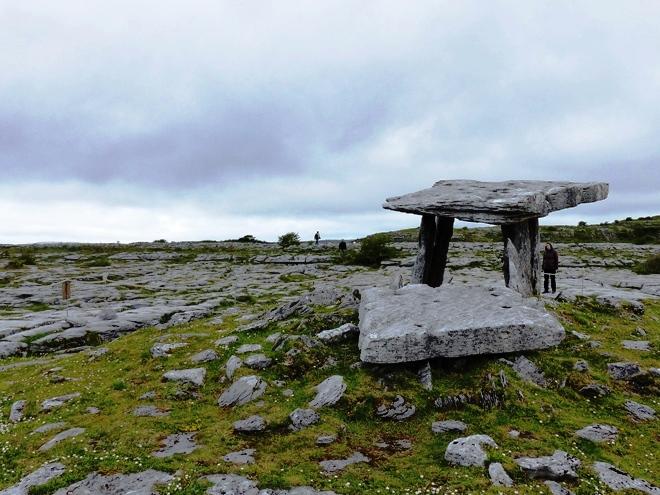 Le Dolmen de Poulnabrone dans le Burren en Irlande